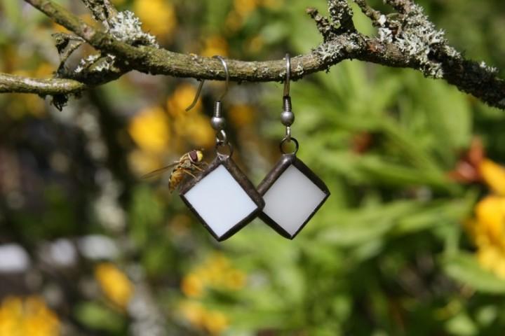 Náušnice bílé s patinou - Lesní sklo
