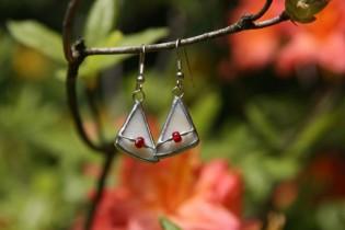 Náušnice béžové s korálkem - Lesní sklo