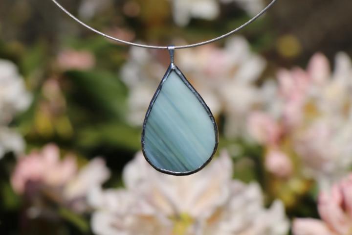 Šperk - kapka zelenobílá - Lesní sklo