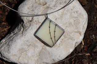 Šperk s ozdobou béžový - Lesní sklo