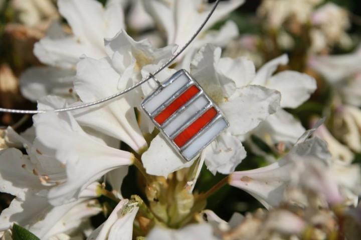 Červeno-bílý šperk - Lesní sklo