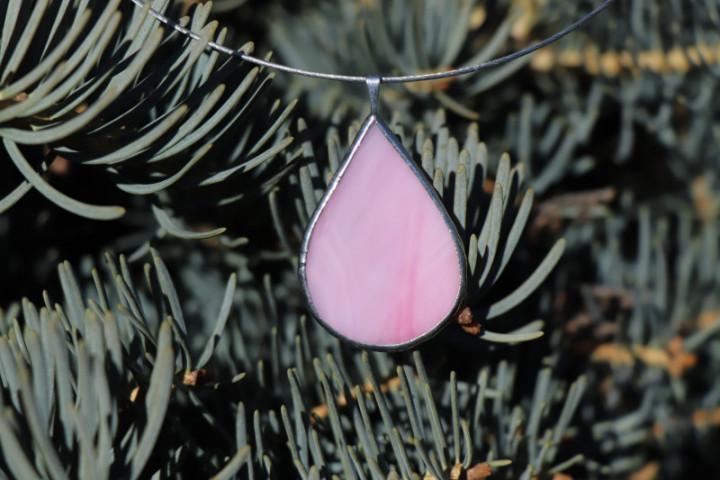 Šperk - kapka růžová - Lesní sklo