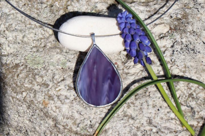 Šperk - kapka fialová - Lesní sklo