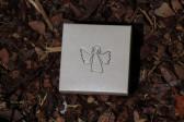 Andílek s růžovou kytičkou v dárkové krabičce - Lesní sklo