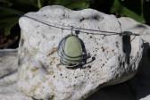 Zelenkavý šperk s kamínkem - Lesní sklo