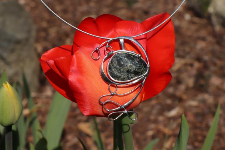 Cínovaný velký šperk s kamínkem - Lesní sklo