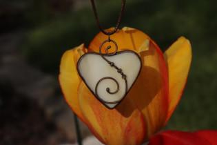 Béžové srdce v hnědé patině - Lesní sklo